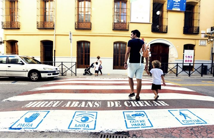 Gandia comença a instal·lar pictogrames en els passos de vianants dels voltants dels centres educatius
